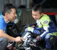 この親子の触れあいがミニバイクレースならではの光景です。二人ともステキな笑顔です!
