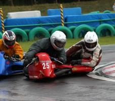 「サイドカー」クラスの決勝レースも白熱のバトルでした