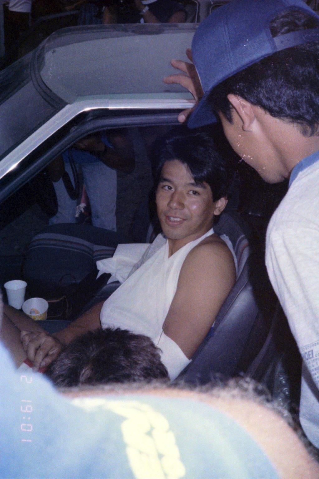 1984_Australia-12-2_病院から帰ってきた宮城を心配して大勢が車を取り囲む