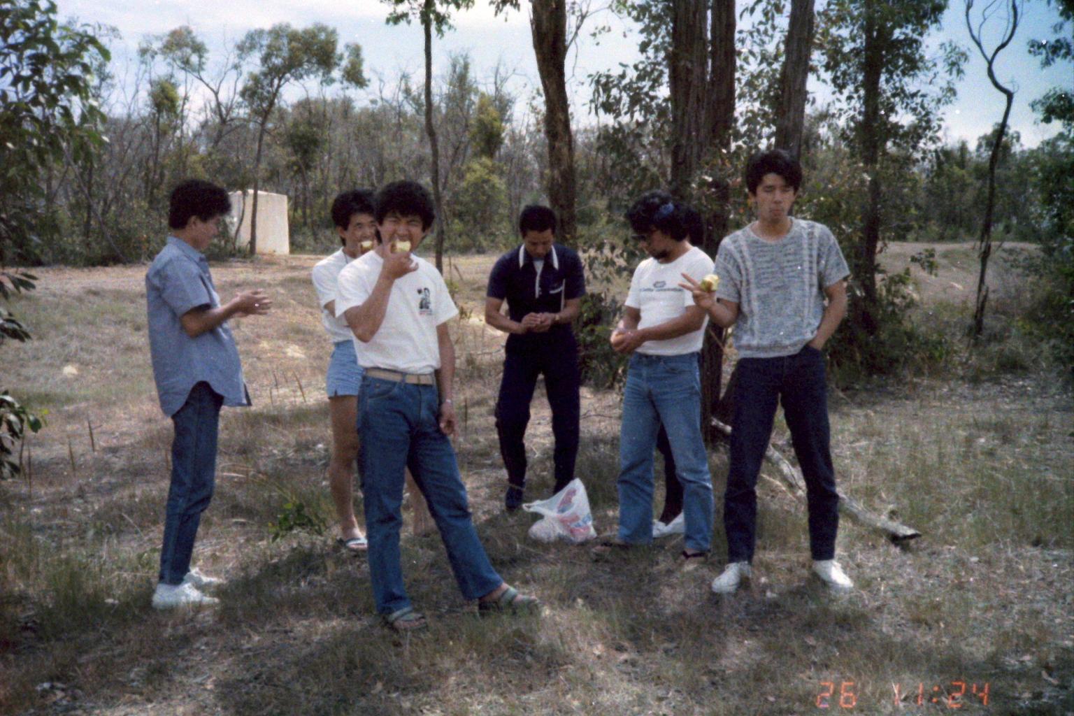 1984_Australia 11-26_(フルーツ処理中)