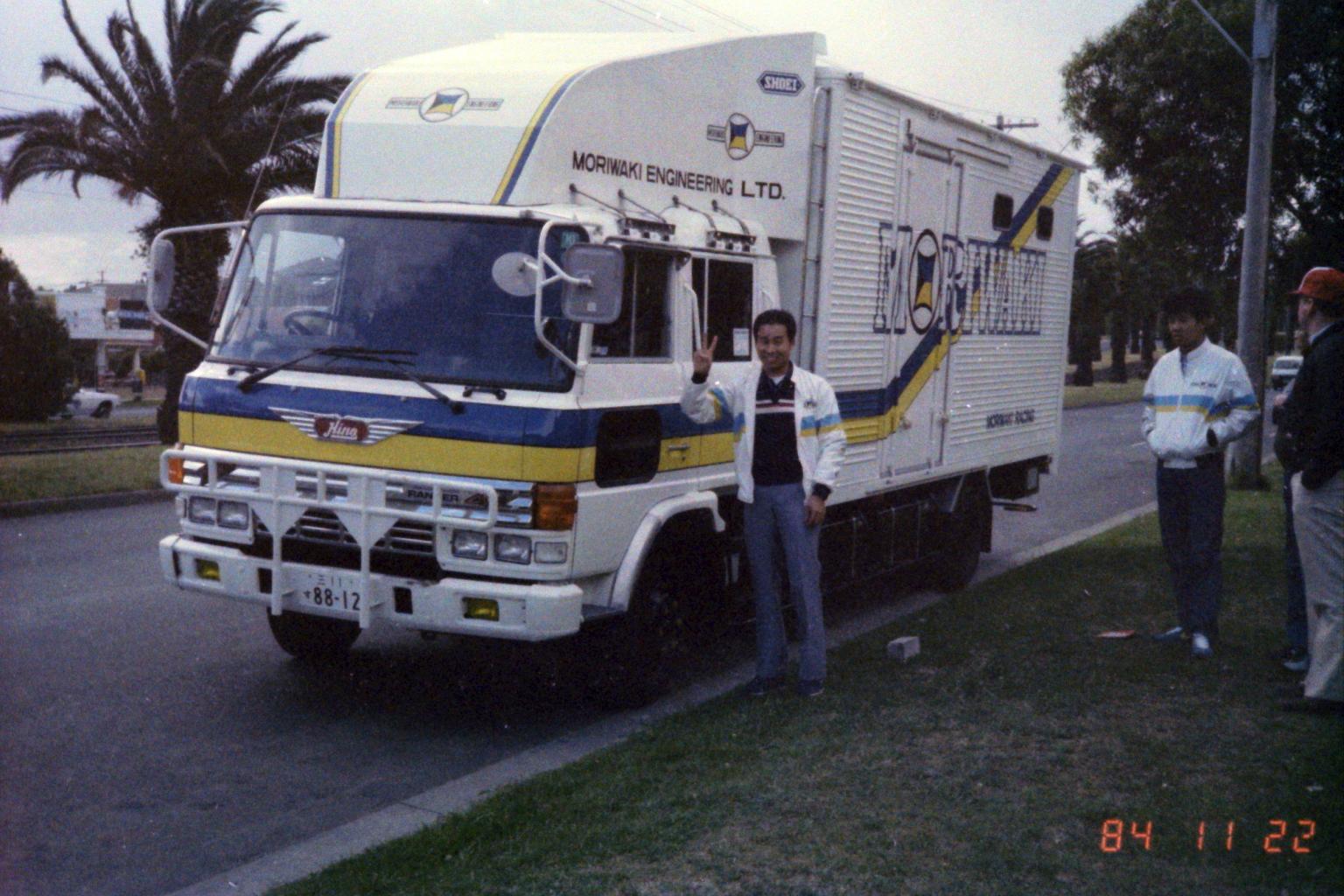 1984_Australia 11-22(到着したトラックに思わずピースサインの森脇)
