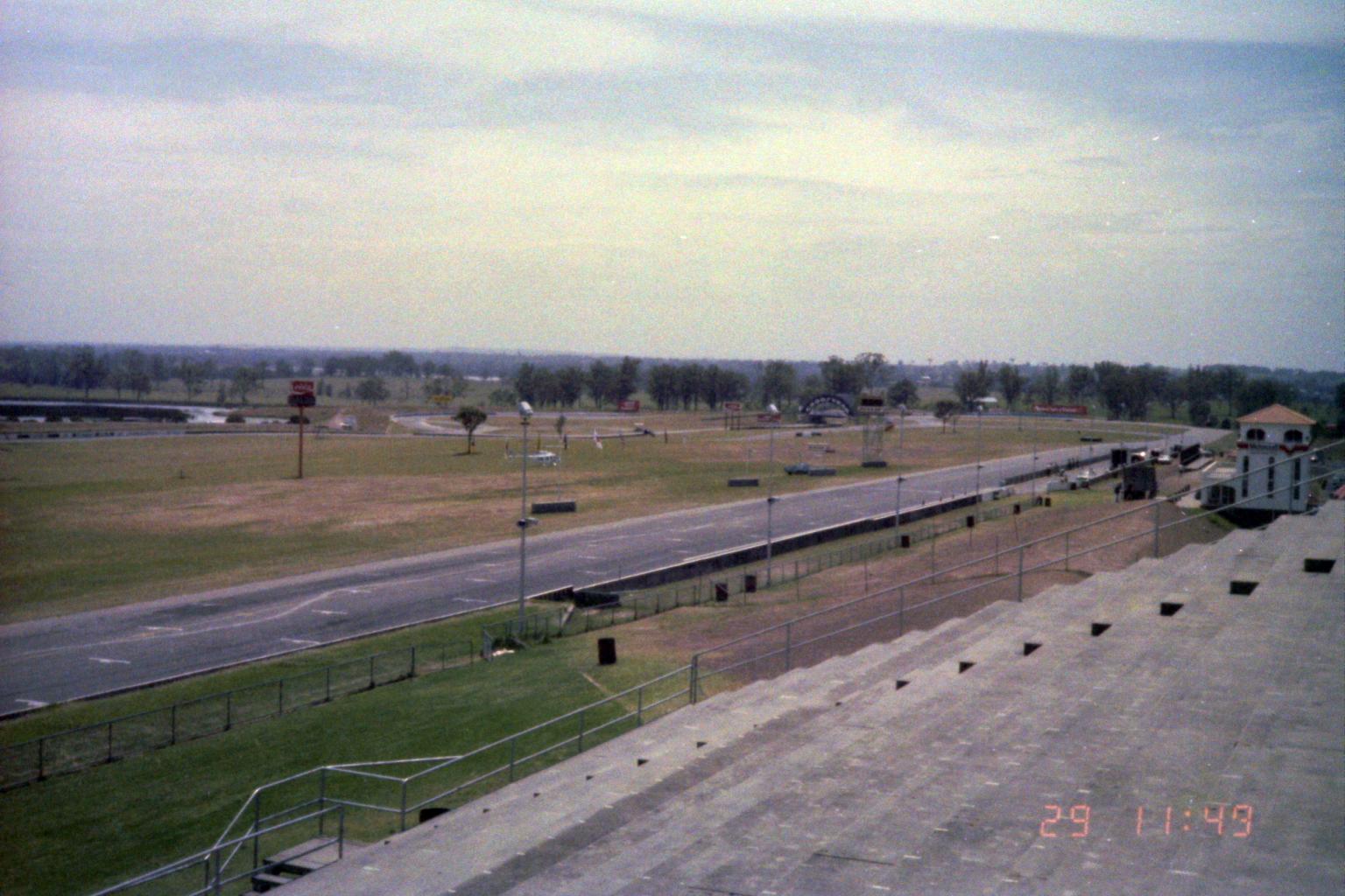 1984_Australia 11-29_(メインスタンドからダンロップストレート)